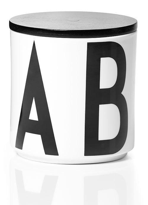 """デンマークの建築家、アルネ・ヤコブセンの""""文字""""を用いたカップが登場"""