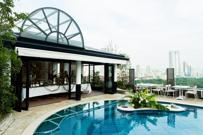 「青山ラピュタガーデン」復活 - 巨大プールサイドテラス&カッシーナの家具を装備
