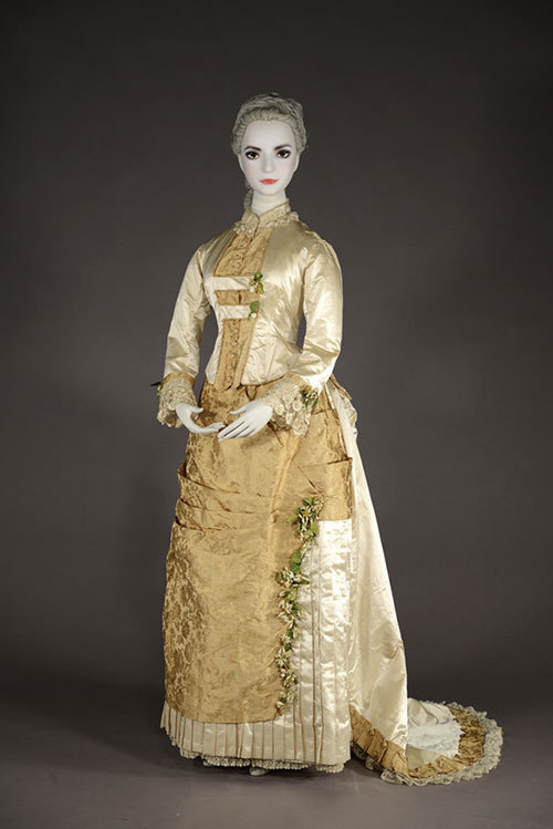 左) ランテ≪パリの服装≫ 『ジュルナル・デ・ダーム・エ・デ・モード』より 1834年右) ウェディング・ドレス 1873,75年頃イギリス  神戸ファッション美術館蔵