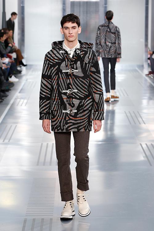 クリストファー・ネメスはイギリス生まれのファッションデザイナー。ロンドンから東京へと拠点を移し、独自のクリエイティビティとクラフトマンシップを磨く中で多くの