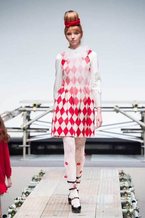 少女時代に憧れたプリンセススタイルに、パンクロックなエッセンスを加えたファッションが、次々に登場。何度か繰り返す転調に合わせて、ガーリーなドレスルックや