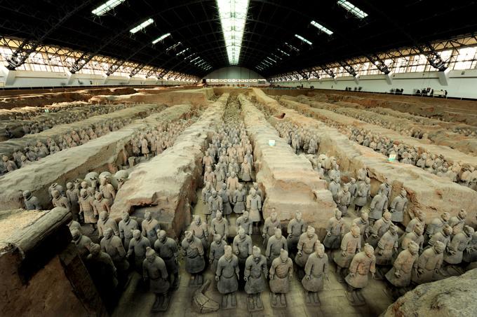 特別展「始皇帝と大兵馬俑」が大阪・国立国際美術館で開催 兵馬俑の軍団を圧巻のスケールで再現 ファッションプレス