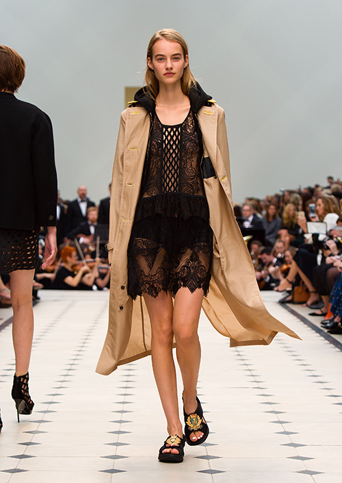 バーバリー プローサム(Burberry Prorsum)が、ロンドンファッションウィーク期間中、2016年春夏コレクションをケンジントン・ガーデンで発表した。