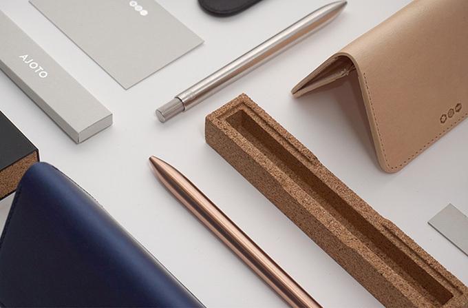 イギリス発の文房具ブランド「アジョト」より、無駄を削ぎ落としたミニマルなボールペン「The Pen」