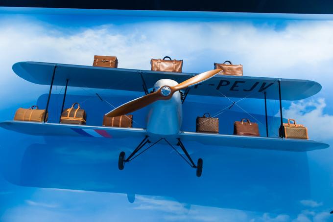 展覧会「旅するルイ・ヴィトン」の展示物、アーカイブバッグと飛行機のオブジェ