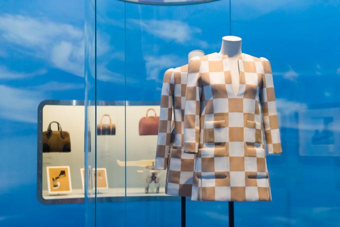 展覧会「旅するルイ・ヴィトン」の展示物、アーカイブのウェア