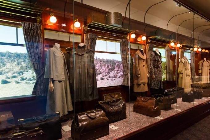 展覧会「旅するルイ・ヴィトン」の展示風景、列車の内観