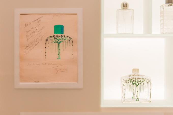 展覧会「旅するルイ・ヴィトン」の展示物、香水とイメージ画