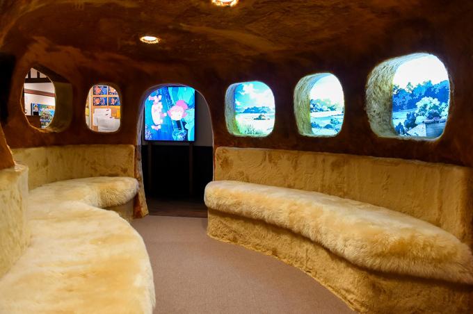 「三鷹の森ジブリ美術館」ガイド- 企画展「猫バスにのって ジブリの森へ」大人も乗れるネコバス内部