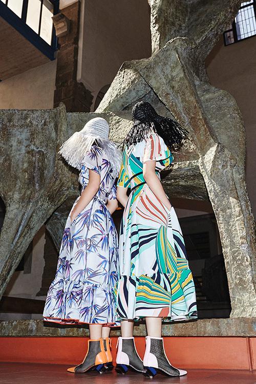 エミリオ・プッチ 2017年リゾートコレクション - プールサイドの女性に現代アートを忍ばせて