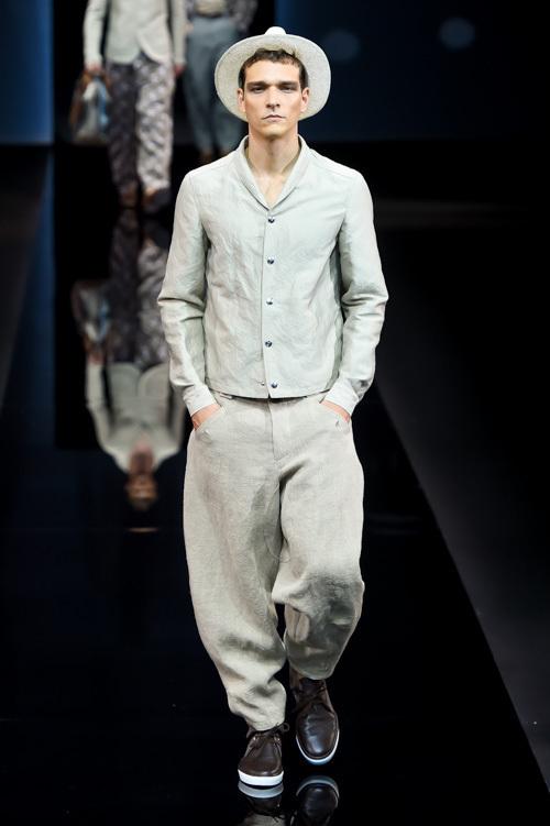 パジャマを連想するような、柔らかい生地感とネックの緩さが印象的なセットアップでショーは開幕。グレーや白など淡色のパレットに乗せられ、フォーマルなアイテムも
