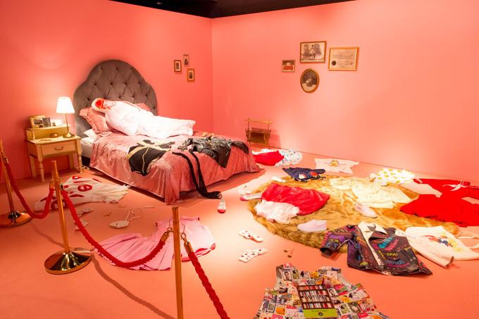最初の部屋「パーティルーム」には、渡辺直美のインスタグラムから厳選された写真が壁一面に展示されている。彼女のオシャレな一面や、芸人らしい変顔写真、人気芸人