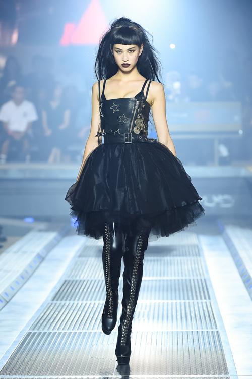 ファーストルックを飾ったのは、国外問わず活躍の場を広げるモデルの水原希子。チュールをふんだんに飾ったミニドレスに、ブラックレザーのサイハイブーツ。
