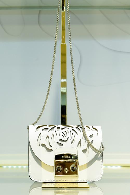 44c95e51408f フルラから切り絵作家とのコラボバッグ&財布 - ピンクやゴールドの革に ...