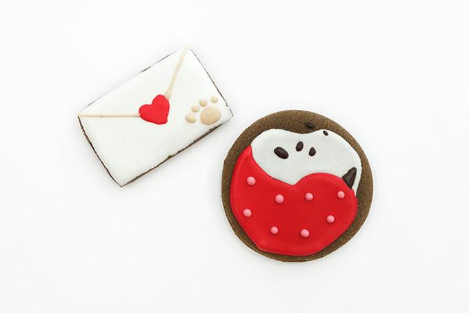 ハートを咥えたスヌーピーやラブレターのアイシングクッキー. バレンタイン
