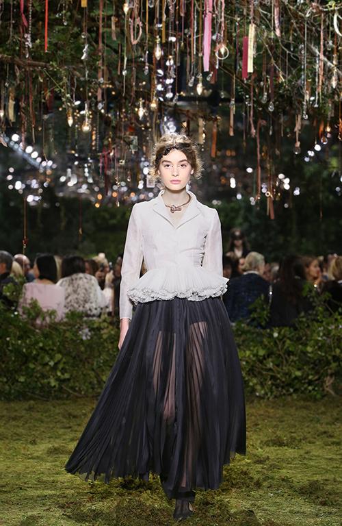 ディオール 2017年春夏オートクチュールコレクション , 花々に誘われて迷い込むパリの迷宮
