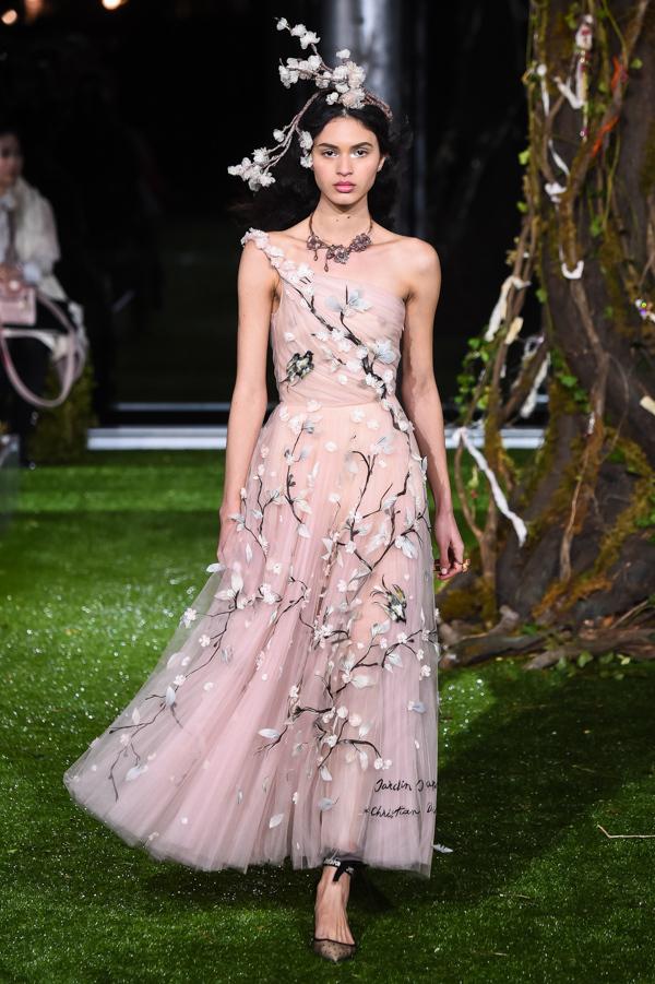 これらのルックは、1953年に登場したクリスチャン・ディオールによる「ジャルダン ジャポネ(日本庭園)」のドレスに着想を得ている。