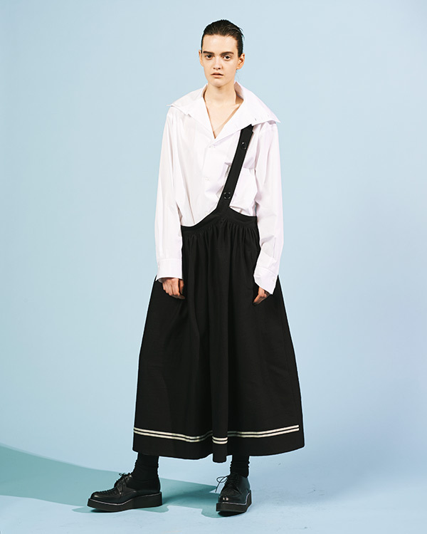 今季のY\u0027sは\u201dメンズ服を女性が着る\u201dというブランドの原点にフォーカス。サイズ感などを調整し洋服を\u201d適正な\u201d姿に導くことで、女性服と男性服の境界を曖昧にし、性差を