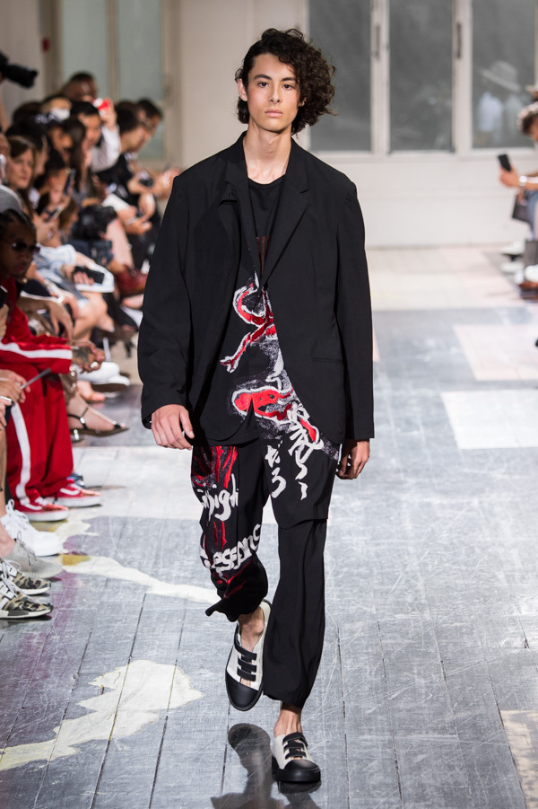 https://www.fashion-press.net/img/news/31639/yohji_18ss_09.jpg