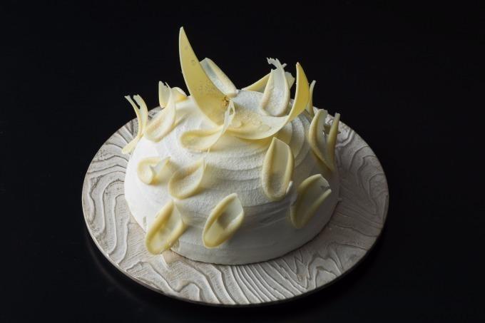 コンラッド大阪、モダンアートを思わせる美しい造形のケーキ