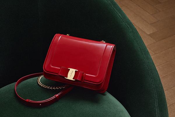 0e47d84221d9 サルヴァトーレ フェラガモの新作「ヴァラ・レインボー」ヴァラ・リボンを配したミニバッグ