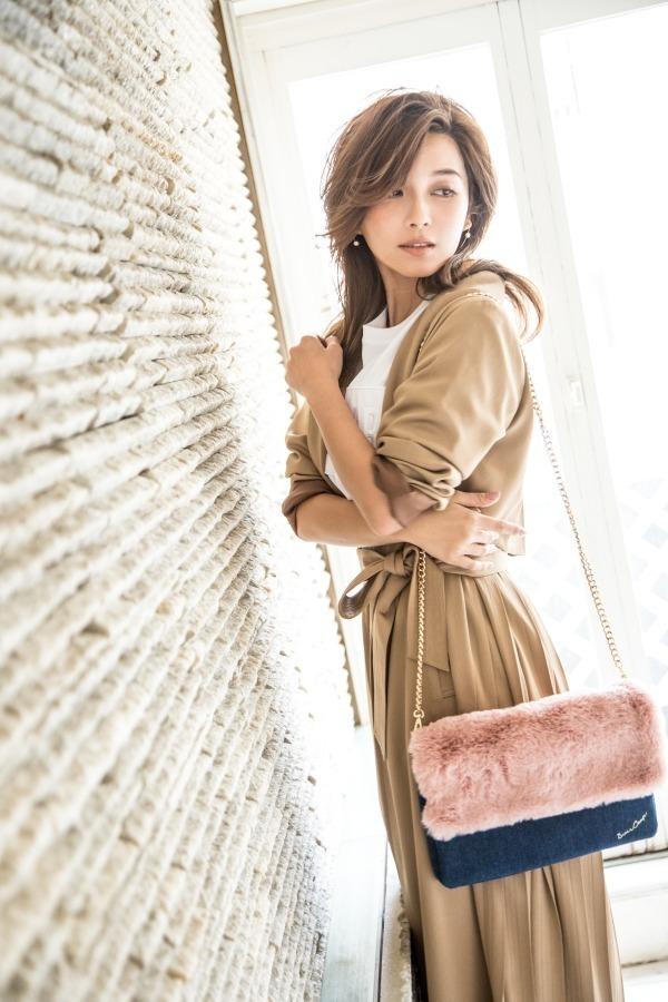 ドレスキャンプ×AAAの宇野実彩子、ハートスタッズ&ファーのバッグを