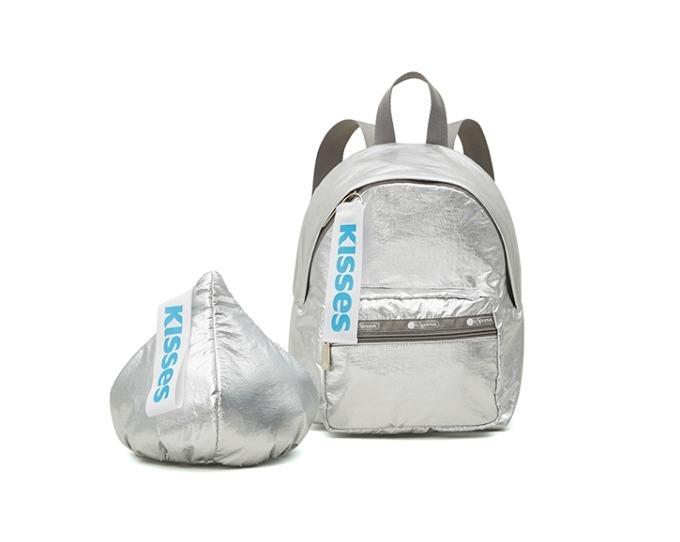 左から) Hershey Kiss Wristlet 8,000円+税、Cruising Backpack 21,000円+税