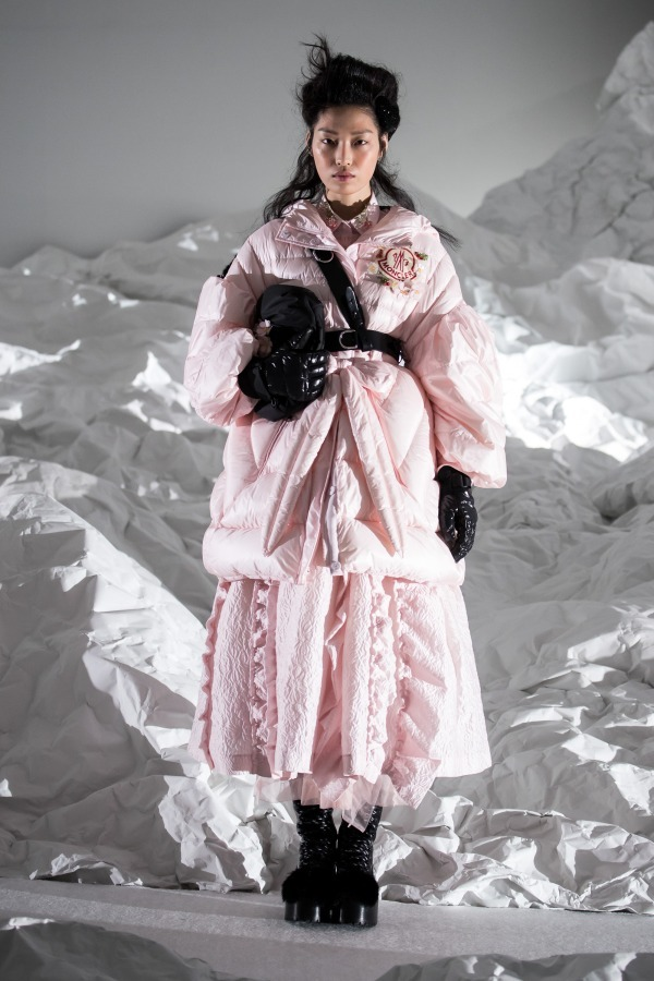 "<a href=""https://www.fashion-press.net/collections/9005"">モンクレール シモーネ・ロシャ 2018年秋冬コレクション</a>より"