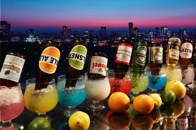 ホテルニューオータニ大阪の最上階ビアガーデン、グラスにビール瓶を突き刺したビアカクテルや肉料理