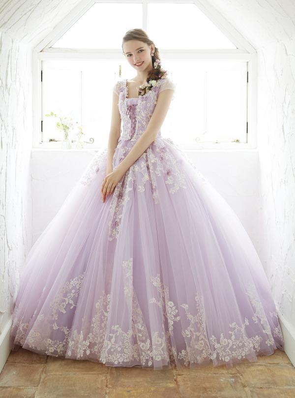 35e6f95f9dd06 ベルのドレスの特徴であるオフショルダーに、ドレープをアシンメトリーに施した。胸元にはバラをイメージしたリボン刺繍モチーフをあしらってエレガントな1着。