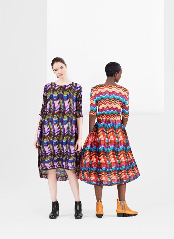 左) ドレス 46,000円+税、シューズ 48,000円+税 右) トップ 23,000円+税、スカート 41,000円+税、シューズ 48,000円+税