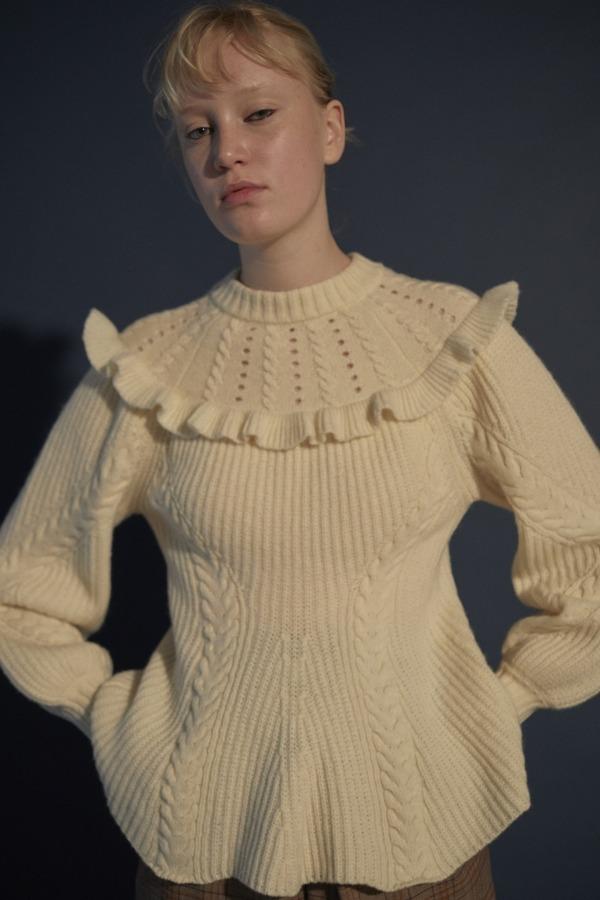 「ケーブルぺプラムセーター」21,000円+税