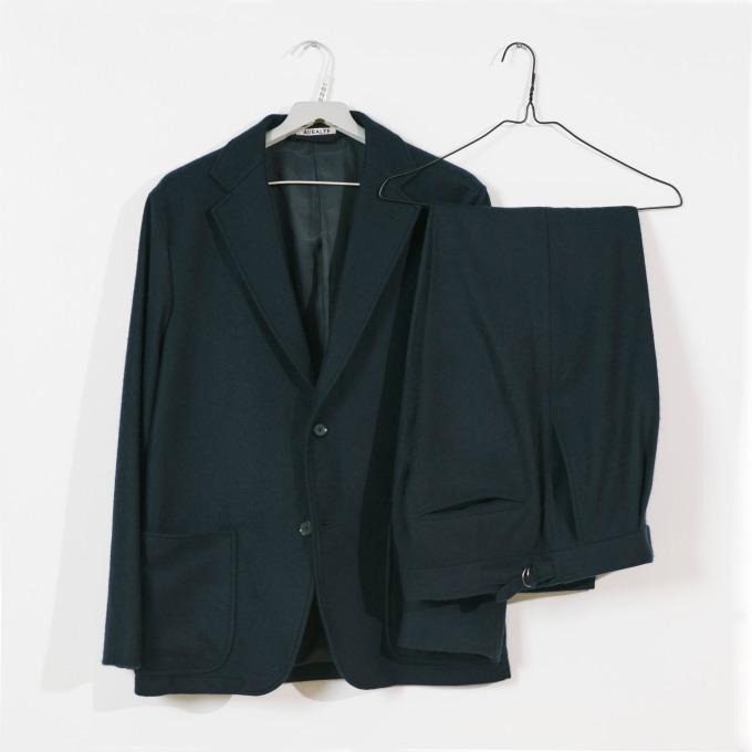 ジャケット(ネイビー) 87,000円+税、スラックス(ネイビー) 63,000円+税