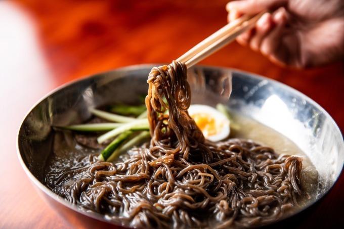 """ハワイ人気の""""もちつる""""食感黒冷麺「焼肉 冷麺 ユッチャン。」"""