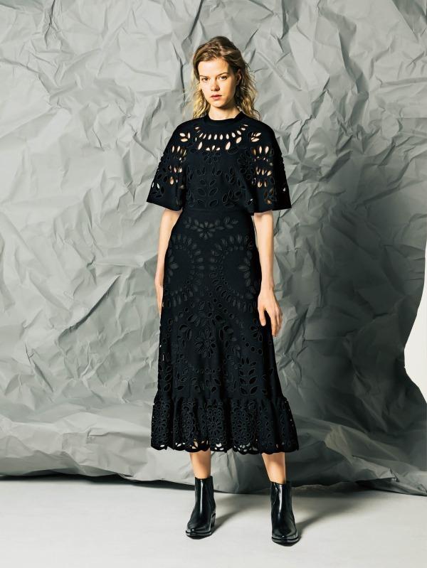 ヴァレンティノ:ドレス 734,400円<三越伊勢丹先行販売商品>、シューズ 150,120円