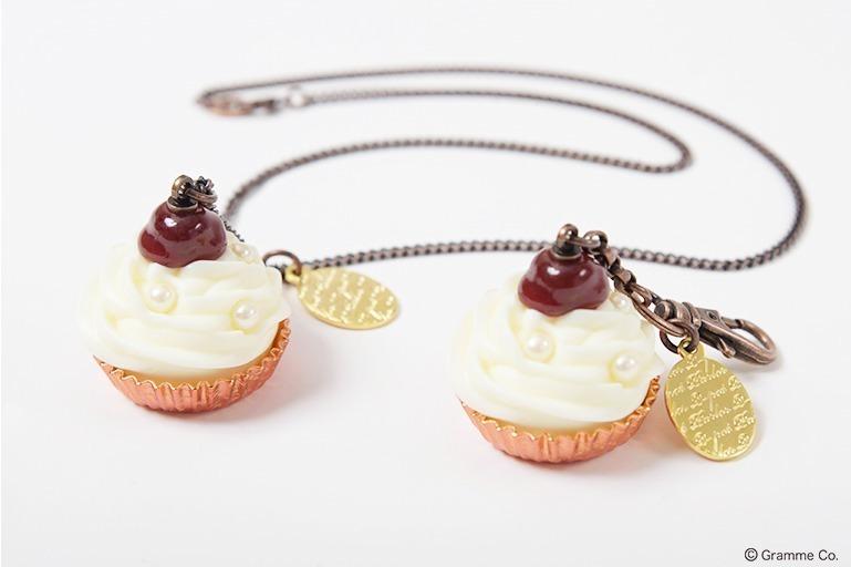 左から)チェリーカップケーキ ネックレス 9,500円+税 チェリーカップケーキ バッグチャーム  8,000円+税