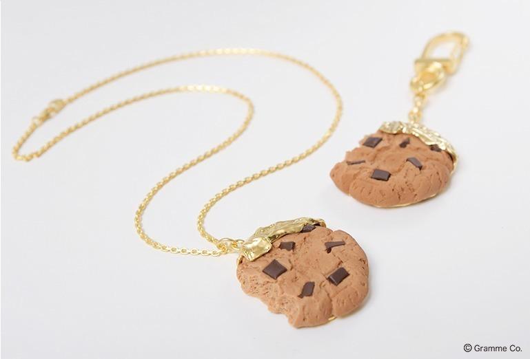左から)チョコレートチップクッキー ネックレス 10,000円+税 チョコレートチップクッキー キーチェーン 8,500円+税