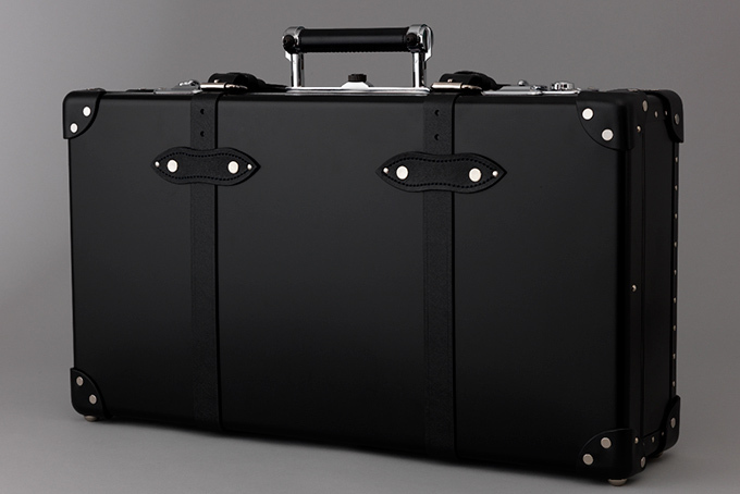 グローブ・トロッター×「007」がコラボ、史上初アルミ仕様モデルが世界限定100台発売