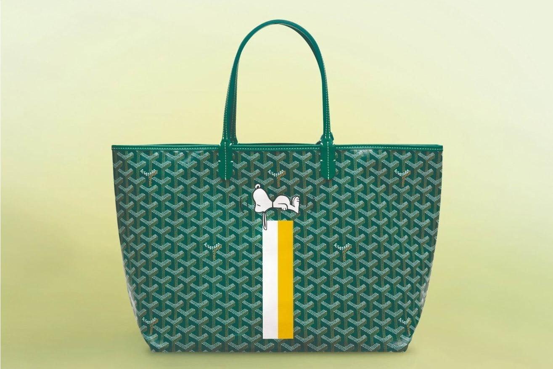 """e1042fcd5ad2a ゴヤール""""スヌーピー""""ペイントのバッグが大阪・阪急うめだ本店に、犬小屋でお昼寝中のデザイン"""