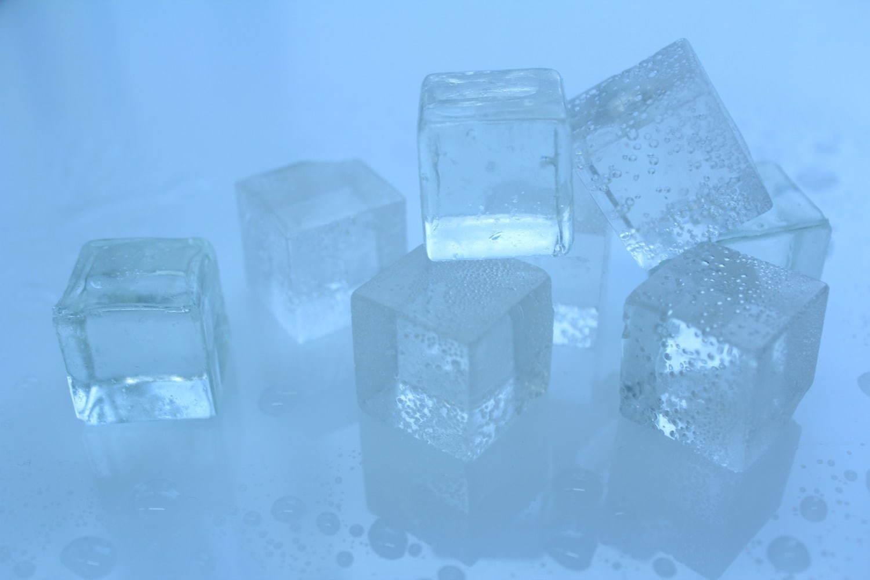 """本物そっくり""""とけない氷""""「氷キャンディ」"""