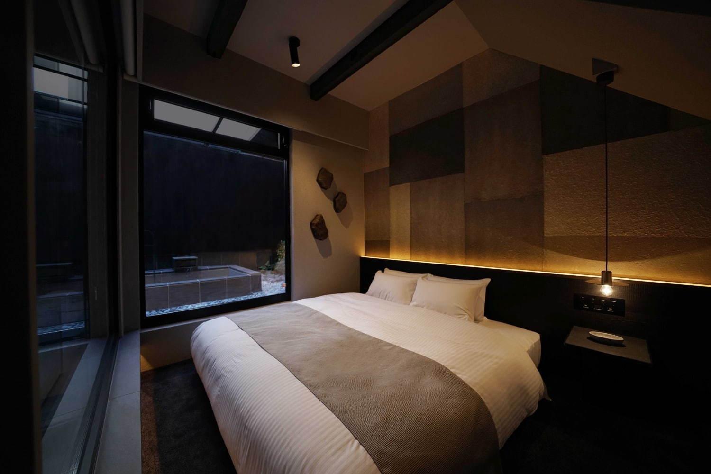 「IWA」1階ベッドルームと露天風呂