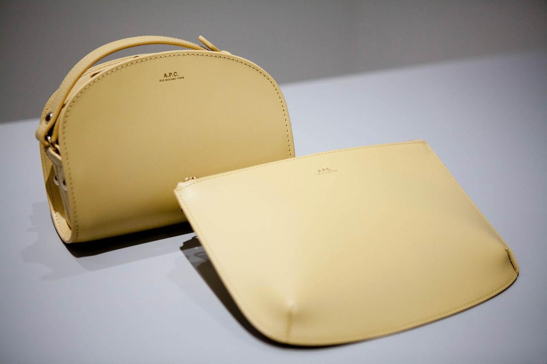 左から) ミニハーフムーンバッグ 限定色・イエロー 49,000円+税、 レザーポーチ 限定色・イエロー 18,000円+税