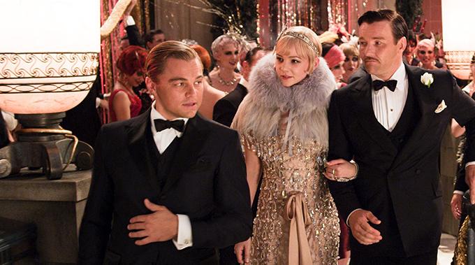 物語の軸となる、ギャツビー が暮らす贅を尽くした夢のような邸宅で催されるダンスパーティのシーンでは、プラダとミュウミュウのコスチュームがひときわ目を引きます。