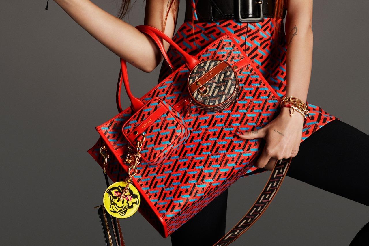 """ヴェルサーチェの新作バッグ、""""グレカ柄""""を3Dで再解釈したジオメトリックプリント「ラ グレカ」"""