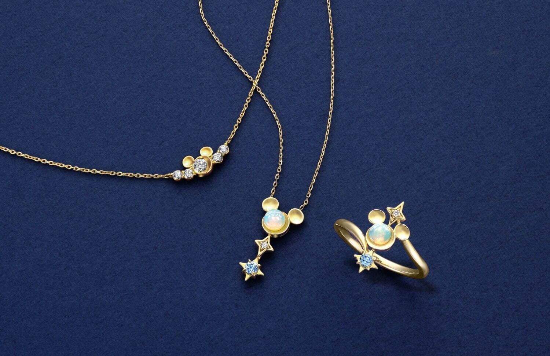 左から)ネックレス(ダイヤモンド) 168,000円、ネックレス、リング(オパール、ダイヤモンド、ブル―トパーズ) 各50,000円